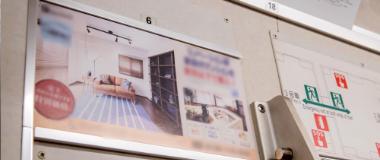 ドア横のポスターのの写真